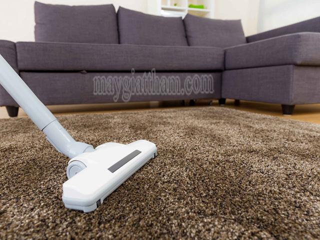 Sử dụng máy hút bụi để làm sạch thảm len