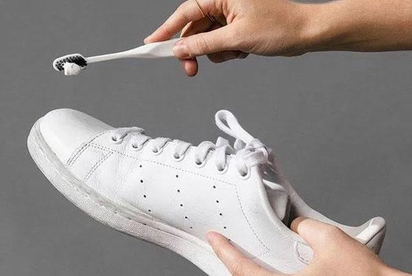 cách giặt giày trắng bằng kem đánh răng