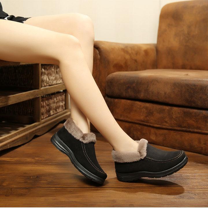không dùng nước xà phòng để vệ sinh giày da lộn