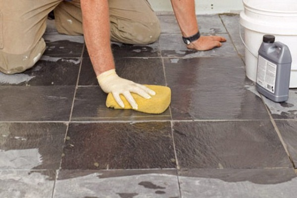 Tẩy sạch các vết sơn, xi măng bám cứng trên sàn