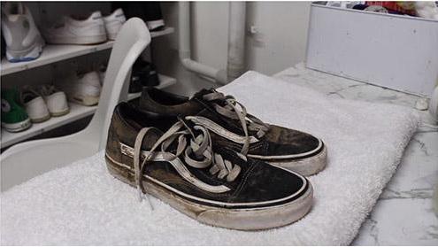 Cần loại bỏ hết bụi bẩn, bùn đất trước khi cho giày vào máy giặt