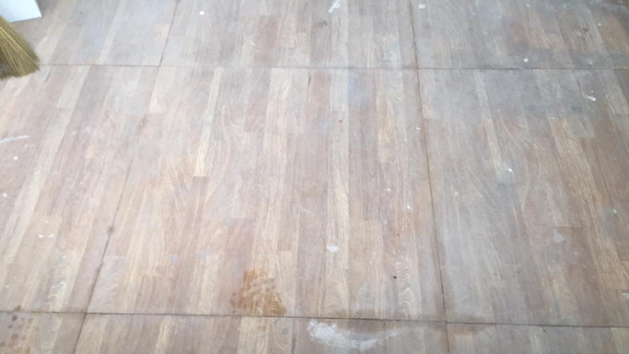 xi măng bám cứng trên nền gạch