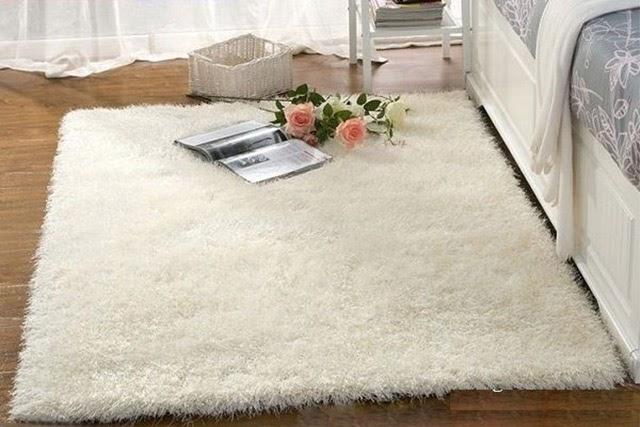 cách giặt thảm lông xù màu trắng