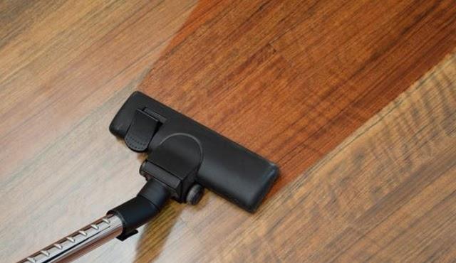 Máy hút bụi luôn được ưu tiên để làm sạch bề mặt sàn gỗ công nghiệp