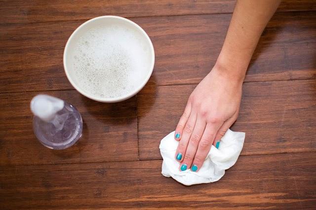 Sử dụng xà phòng với chất tẩy nhẹ cho những vết bẩn lâu ngày