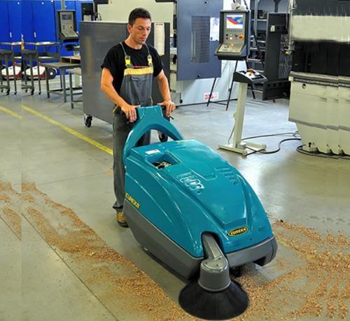 xe quét rác đẩy tay được sử dụng trong các khu trung tâm thương mại