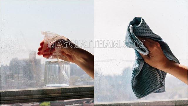 Dùng giấm ăn để tẩy sạch các vết bẩn trên cửa kính
