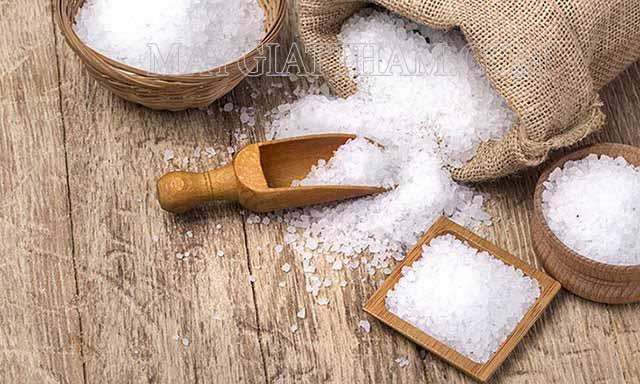 Dùng muối ăn tẩy vết bẩn trên cửa kính hiệu quả